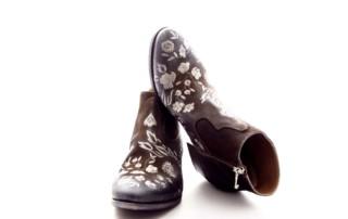Ankle-Boots aus Veloursleder Farbe Braun, vorne mit Blumenmotiv in Grau/Silber bestickt. Blockabsatz ca 3cm. Schuhform abgerundet.