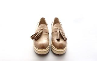Schuh aus Leder Farbe Camel, Schuhform rund, mit Plateau ca 3 cm, ganz leichte Sohle. Mit grossen Tasseln.